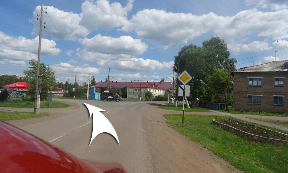 У перекрестка поверните налево (по главной дороге) на улицу Ватутина
